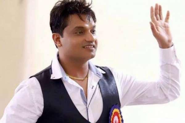 गायक पशुपति शर्मा राष्ट्रपतिद्वारा बितरित पदक थाप्न नगएपछि...
